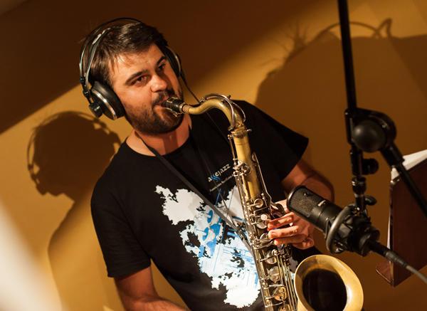 Javier Ortí en el estudio de grabación
